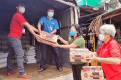 """""""Chuyến xe nghĩa tình"""" hỗ trợ nhu yếu phẩm cho người dân khó khăn huyện Phú Tân"""
